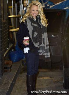 Pamela Anderson Wears An Oversized Black And Gray Pashmina In London.  Pashmina Cachemire · Echarpe pashmina femme 1c4e1b43acb