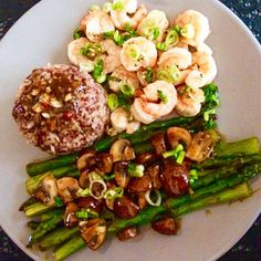 Garlic butter stir fried shrimps with sauteed green asparagus and mushroom in ginger chili sauce, served with deep brown rice. Topping: sauteed chopped leek and garlic. Another delicious daily dish. #stirfried #brownrice #garlicbutter #garlicbuttershrimp #shrimp #greenasparagus #asparagus #garlic #asianfood #healthyfood #tasty #foodporn #foodie #lekker #lekkerengezond #homechef #rice #foodies #foodlover
