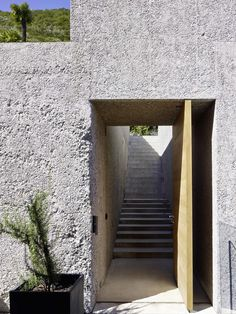 A simply cut monolith in washed concrete, which is docked directly to the road…