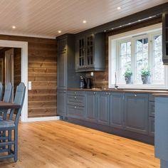 Kitchen Cabinet Layout, Kitchen Cabinets, Cabin Kitchens, Küchen Design, Garage Doors, House Ideas, Interior, Outdoor Decor, Cottage Ideas