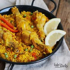 Traditional Spanish dish - Paella with chicken! Just delicious! Peppers And Onions, Red Peppers, Traditional Spanish Dishes, Garlic Paste, Grain Foods, Stuffed Green Peppers, Bon Appetit, Poultry, Fresh