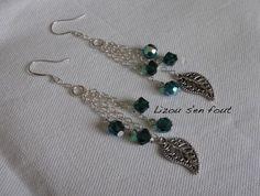 Boucles d'oreilles sur crochets en argent 925/000 en chaîne argentée avec breloque fantaisie argenté et cristal swarovski vert émeraude (toupies et facettes 6mm).    Hauteur au plus long 8cm
