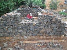 Montage des murs en pierre pour supporter les voûtes - MADAVOUTE Construction, Montage, Patio, Outdoor Decor, Home Decor, Walls, Stone, Building, Decoration Home