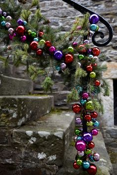 Perfect Christmas Staircase Decoration Ideas Home Ideas Christmas Stairs, Christmas Porch, Christmas Ribbon, Christmas Baubles, All Things Christmas, Christmas Holidays, Christmas Wreaths, Christmas Crafts, Outdoor Christmas Decorations