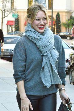 Το oversized πουλόβερ της συνδύασε με φουλάρι σε πιο ανοιχτή απόχρωση η  Hilary Duff. Μας 71026cdc252