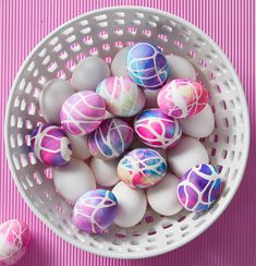 Shaving cream Easter eggs might be the best egg decorating hack we've seen! Create marbled Easter eggs with shaving cream in just minutes. Shaving Cream Easter Eggs, Easter Egg Dye, Coloring Easter Eggs, Egg Coloring, Easter Hunt, Diy Projects Easter, Easter Crafts For Kids, Easter Decor, Easter Centerpiece