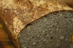 Celozrnný kváskový chléb s tenkou kůrkou