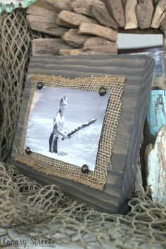 Scrap Wood And Burlap Picture Frame Easy photo holder made from scrap wood. Full tutorial Easy photo holder made from scrap wood. Scrap Wood Crafts, Scrap Wood Projects, Frame Crafts, Easy Woodworking Projects, Diy Projects, Woodworking Plans, Barn Board Projects, Scrap Wood Art, Diy Furniture Plans Wood Projects