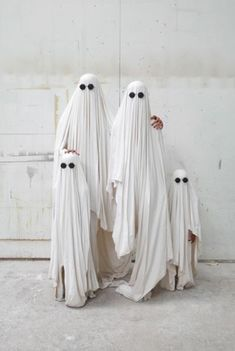 Ghost family-great idea for halloween family pic:) Last Minute Halloween Kostüm, Halloween Party Kostüm, Family Halloween Costumes, Holidays Halloween, Halloween Crafts, Halloween Decorations, Happy Halloween, Halloween Pictures, Halloween Ghosts