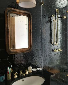 Exagonal black tiles and brass details for my bathroom