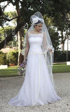 Abito da sposa ricamato, con grande cappello. www.cinziaferri.com