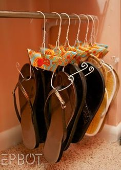 Organize those sandles!  Get a coat hanger, cut the ends and curl up... Sandals holder! Diy Hangers, Wire Coat Hangers, Shoe Hanger, Wire Hanger Crafts, Metal Hangers, Shoe Storage Hacks, Shoe Storage Solutions, Storage Ideas, Diy Storage