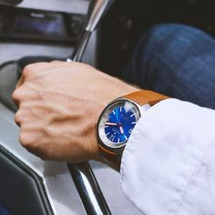 The Hecla's deep blue floating central dial sits on a halo plate of pure white Super-LumiNova, making a high-clarity dial view even in the lowest light conditions. Low Lights, Pure White, Deep Blue, Clarity, Halo, Aqua, Plate, Pure Products, Dishes