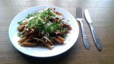 Hurtig pasta med lever og tomat.
