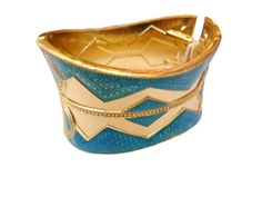 Golden bangle with geometric details