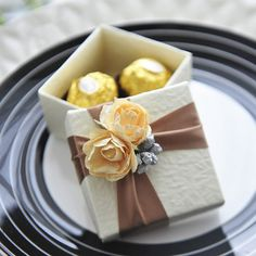 Wedding Favor box Beige Candy Box with sienna by sweetywedding. I love Ferrero rochers. and gold ties in perfectly! Candy Favors, Edible Favors, Mom Cake, Creative Gift Wrapping, Wedding Favor Boxes, Candy Boxes, Candy Buffet, Gifts For Boys, Wedding Decorations