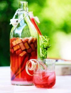Rabarberlikør opskrift - lækker og simpelt - se opskriften her Fancy Drinks, Cocktail Drinks, Cold Drinks, Juice Drinks, Alcoholic Drinks, Beverages, Vodka, Yummy Snacks, Yummy Food