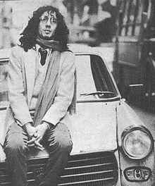 Fito Páez fue un músico que logro superar la ultima dictadura militar en Argentina, a pesar de que sus canciones exponían un profundo desacuerdo con las políticas de esa época
