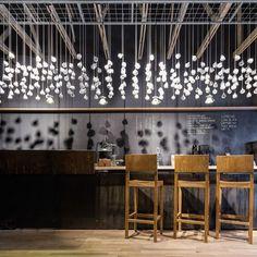 Café le jour, bar à cocktails la nuit, l'Origo Coffee Shop situé au cœur de Bucarest a été rénové en 2013 par le cabinet roumain Lama Architecture. La bichromie de cet espace, générée par les murs noirs et l'utilisation abondante de bois clair, cr...