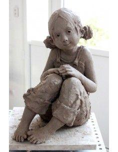 """""""Je me ferai petite"""", bronze. """"Jurga, est une artiste sculpteur qui nous guide dans un univers d'une grande plénitude et d'une grande beauté. Comment ne pas ressentir ce besoin de prendre le temps d' écouter ses personnages, qui d'un simple regard, vous révèlent l'essentiel. Comment ne pas résister à la tentation de les étreindre, de les rassurer,de les applaudir et enfin, de les aimer."""