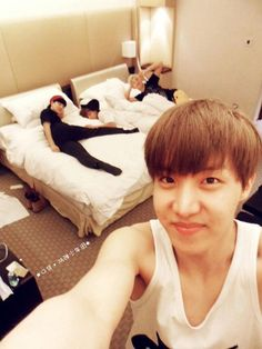 Is that Tae slipping into the void between both beds??