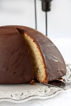 <p>Cedessert typique de Noëls'inscrit dans la tradition gastronomique des Abruzzes et notamment de la ville de Pescara. En effet, c'est dans cette ville que leparrozzofut inventé par le pâtissierLuigi D'Amicoen 1920. Son nom (qui signifie « pain grossier ») reflète la source d'inspiration du pâtissier : le pain paysan à …</p>