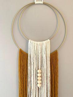 Macrame Wall Hanging Diy, Macrame Wall Hangings, Yarn Wall Art, Diy Crafts For Home Decor, Boho Diy, Bohemian, Macrame Patterns, Crochet Patterns, Macrame Design