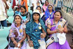 प्रदेश का गौरव, देश-विदेश में पहचान कायम कर चुके शहीद वीर नारायण सिंह अंतरराष्ट्रीय क्रिकेट स्टेडियम का अवलोकन करने बिलासपुर जिले के पंचायत प्रतिनिधि नया रायपुर पहुंचे। जहां उन्होंने दर्शक दीर्घा में बैठकर मैदान को काफी देर तक निहारा। यहां की व्यवस्थाओं एवं विशेषता के संबंध में गाईड ने जानकारी दी। स्टेडियम की भव्यता देख वे बेहद प्रभावित हुए.