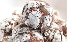 Çikolatalı kırışık kurabiye Tarifi,Çikolatalı kırışık kurabiye yapımı Malzemeler 4 yemek kaşığı margarin ya da tereyağı 1 paket bitter çikolata Yarım bardak şeker 2 yumurta 1 paket vanilya 1,5 bardak un 1 çay kaşığı tuz 1 paket kabartma tozu Üstü için: 1 kase pudra şekeri Yapılışı: Çikolatayı ve yağı benmari eritin ve karıştırın. Yumurta ve şekeri çırpıp, Vanilyayı ekleyin. Çikolatalı karışımı ekleyin. Başka kapta un, tuz, kabartma tozunu karıştırıp, Çikolatalı karışıma ekleyip karıştırın…