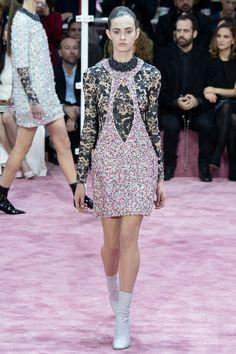 Показ коллекции Christian Dior Haute Couture весна-лето 2015 стал для публики не просто сюрпризом: такого вряд ли ожидали даже от Ральфа Симонса. Смешение эпох, стилей, материалов и необычно яркая для кутюрных коллекций цветовая