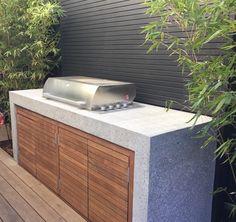 Lateral do rectangulo do deck no patio da coazinha e o resto banco com mesa. privacidade com as placas de madeira fixas em vasos