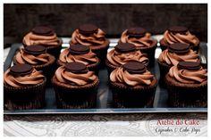 Cupcake+de+chocolate+com+recheio+de+caramelo+toffee+e+cobertura+de+buttercream+de+chocolate.+Para+finalizar,+no+topo,+uma+pastinha+crocante.