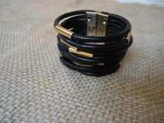 Bracelete de couro fecho com entremeio fecho de ímã nas cores preto, marrom, e nude tamanho 17cm a 22 cm prata ou dourado R$ 59,99