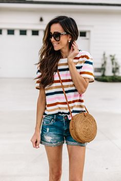 I like this casual summer look. Denim mom shorts with a loose fit striped T-shirt. Curvy Outfits, Sporty Outfits, Outfits For Teens, Trendy Outfits, Fashion Outfits, Fashion Shirts, Fashion Hub, Miami Fashion, Fashion Killa