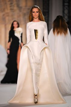Amazing gowns from Stephane Rolland Spring 2012 couture collection. Ivory  silk gazar Arch dress with sculpted peplum train. Lenka Pachingerova · Saty 484eead2db