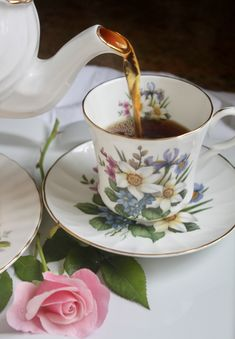 "How to Make a ""Proper"" Cup of Tea (British Tea, that is) - Christina's Cucina Afternoon Tea Scones, Great British Food, Coffee And Books, Chocolate Pots, Tea Cakes, Tea Recipes, High Tea, Tea Time, Tea Party"