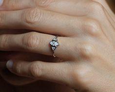 Marquise Diamant-Verlobungsring, Trillion-Diamant-Ring, Hochzeit Ring in 14 k gold von capucinne auf Etsy https://www.etsy.com/de/listing/206501039/marquise-diamant-verlobungsring-trillion