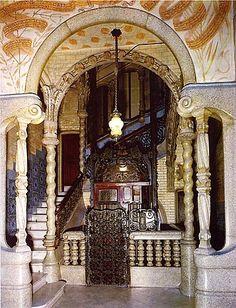 Entrada a la Casa Calvet, un edifici dissenyat per Antoni Gaudí. Barcelona (Catalonia)
