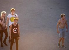 GAAA ASHTON IS SO FLIPPING ADORABLE AND THEN THERE IS A SHIRTLESS NIALL<<<<HE IS TAKING OVER CALUMS SPOT....