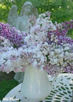 bouquet of lilacs. Aiken House & Gardens: For the Love of Lilacs Lilac Flowers, Fresh Flowers, Beautiful Flowers, Beautiful Bouquets, Beautiful Flower Arrangements, Floral Arrangements, Beautiful Home Gardens, Lilac Bushes, Lavender Cottage