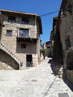 Museo del Acordeón - Las calles y casas de Arseguell están hechas de piedra.