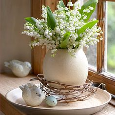 60 pretty windowsill decoration ideas for Easter that you can easily replicate - Frühling Ostern - Easter Flower Arrangements, Easter Flowers, Spring Flowers, Floral Arrangements, Easter Plants, May Flowers, Flowers Garden, Exotic Flowers, Purple Flowers