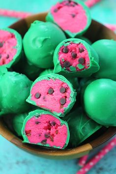 Watermelon Truffles are a fun, tasty and colorful summer treat. Easy to make, with just a few ingredients, these are also no bake. Recettes de cuisine Gâteaux et desserts Cuisine et boissons Cookies et biscuits Cooking recipes Dessert recipes Cookie cake Watermelon Cookies, Watermelon Birthday, Summer Birthday, Tutti Fruity Party, Cake Truffles, Cake Cookies, Cupcakes, Chocolate Truffles, Decorated Cookies