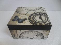 Caixa Porta Relógios em MDF decorada com recorte Chipboard e Papéis ScrapDecor.