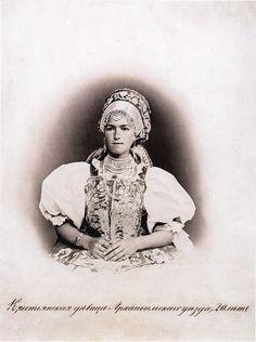 Московская этнографическая выставка 1867-го года. Крестьянская девица Архангельского уезда, 20 лет.