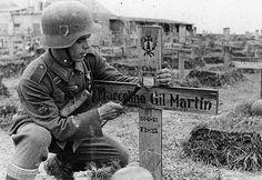 División Azul División Azul ( Blaue Division)l, también conocida como División 250º de Infantería Alemana, fue una unidad española de voluntarios que sirvió en la 2ªGM en el bando alemán y fue encuadrada al Grupo de Ejercitos del Norte que tenia por objetivo Leningrado.  La división formada por españoles, estaba compuesta tanto por gente del bando nacional ( falanguistas y simpatizantes del régimen franquista),  por gente que se alistó a cambio del sueldo en esos tiempos tan malos que…