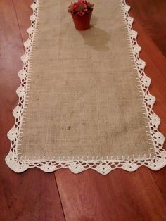 Risultati immagini per manteles y cortinas de tela y crochet Table Runner And Placemats, Burlap Table Runners, Crochet Table Runner, Crochet Dishcloths, Crochet Doilies, Crochet Home, Crochet Crafts, Burlap Crafts, Diy And Crafts