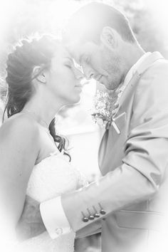 Contre jour, photo noir et blanc de jeunes mariés Marie, Wedding Dresses, Photos, Fashion, Newlyweds, Photo Black White, Bride Dresses, Moda, Bridal Gowns