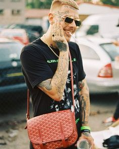 No není tu zlatý? Man Smoking, My Boys, Straw Bag, Rapper, Atlanta, Chanel, Shoulder Bag, Nike, Classic