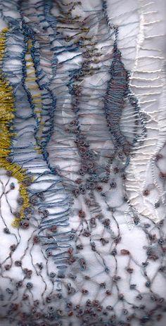 Emily Sladen, Tide Line embroidery Mir gefallen die Querverbindungen im Wechsel zu den farbigen Flächen.